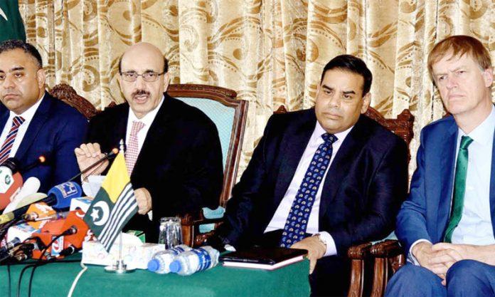اسلام آباد: صدر آزاد کشمیر سردار مسعود خان برطانوی پارلیمانی وفد کے ارکان ایم پی خالد محمود، عمران حسین اور اسٹیفن ٹیمز کے ساتھ پریس کانفرنس کررہے ہیں