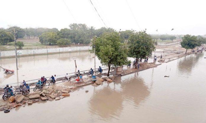 کراچی: نکاسی کا نظام مفلوج ہونے کے باعث ملیر ہالٹ کی سڑکیں بارش کے بانی میں ڈوبی ہوئی ہیں جس کے باعث ٹریفک کی روانی میں مشکلات کا سامنا ہے