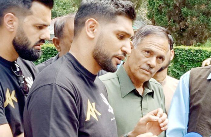 چکوٹھی: پاکستانی نژاد برطانوی باکسر عامر خان کنٹرول لائن کے دورے کے موقع پر میڈیا سے گفتگو کررہے ہیں