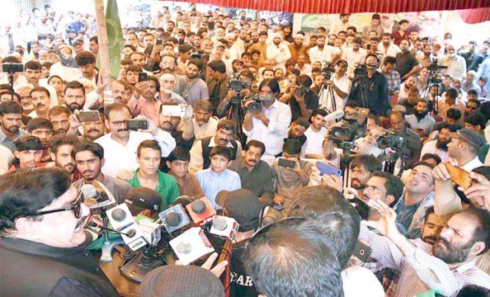 مظفر آباد: وزیر ریلوے شیخ رشید احمد جلسے سے خطاب کررہے ہیں