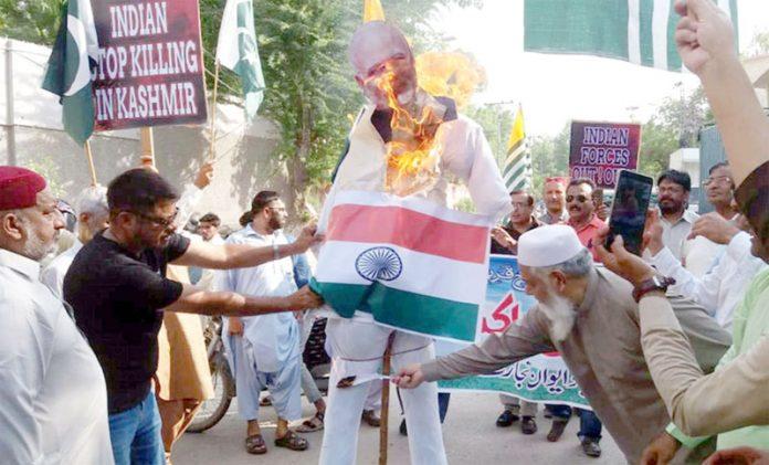 حیدرآباد: ایوان تجارت و صنعت کے تحت کشمیریوںسے اظہار یکجہتی کیلیے مظاہرے کے دوران مودی کا پتلا اور بھارتی جھنڈا نذر آتش کیا جارہاہے