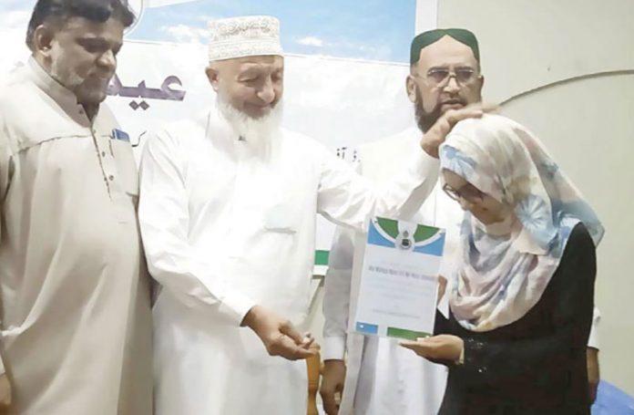 کراچی: امیر جماعت اسلامی سندھ محمد حسین محنتی عثمان پبلک اسکول کی پوزیشن لینے والی طالبہ کو شیلڈ دے رہے ہیں