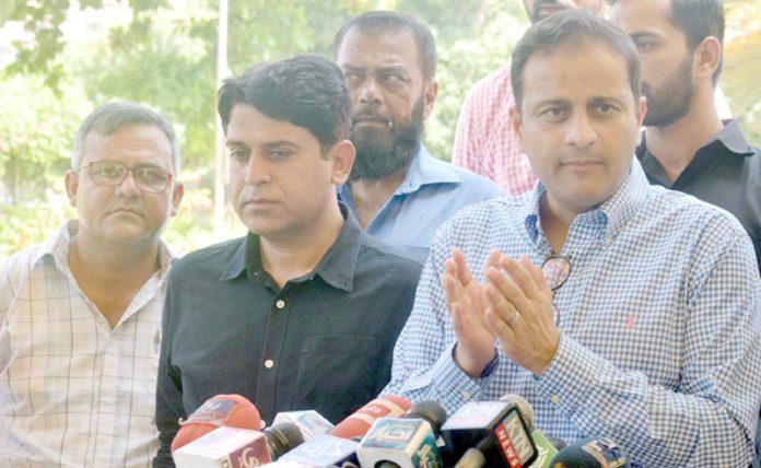 کراچی: ترجمان سندھ حکومت مرتضیٰ وہاب سندھ اسمبلی بلڈنگ کے باہر میڈیا سے گفتگو کررہے ہیں