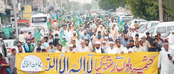 فیصل آباد: جماعت اسلامی کے تحت کشمیر پر بھارتی قبضے کیخلاف احتجاجی ریلی نکالی جارہی ہے