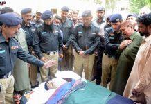 حیدر آباد، ڈی آئی جی سمیت پولیس افسران فائرنگ سے شہید ہونے والے سپاہی کا آخری دیدار کررہے ہیں