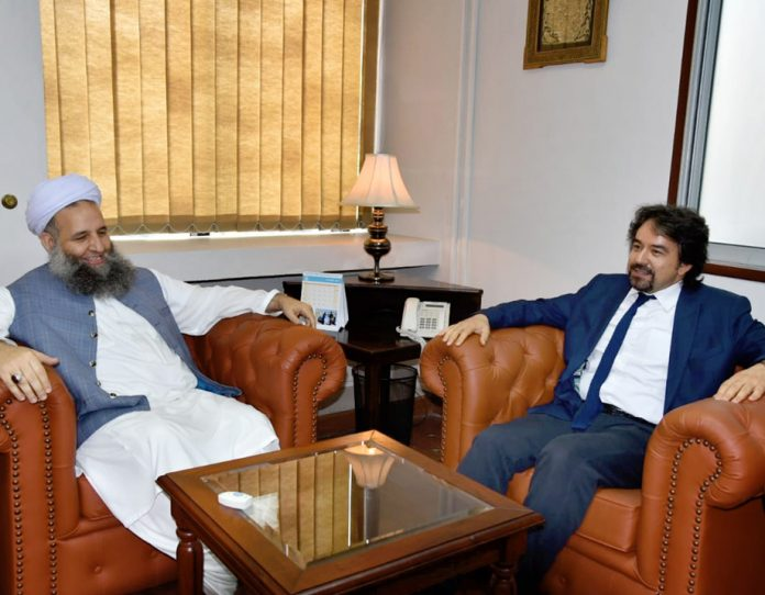 اسلام آباد: وزیر مذہبی امور پیر نور الحق قادری سے ترکی کے سفیر احسان مصطفی یردگول ملاقا ت کررہے ہیں