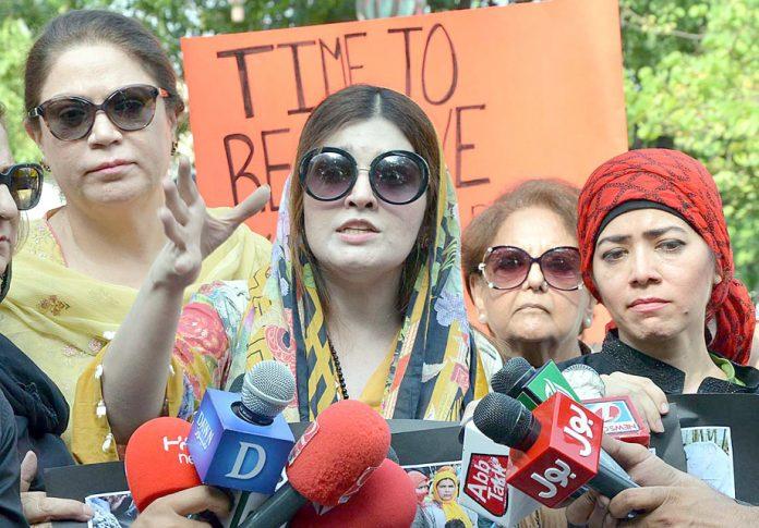 اسلام آباد: حریت رہنما یاسین ملک کی اہلیہ مشعال ملک میڈیا نمائندوںسے گفتگو کررہی ہیں