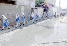 حیدرآباد: انتظامیہ کی نااہلی کے باعث لطیف آباد میں بارش اور سیوریج کا پانی جمع ہے جس سے طالبات اور مکینوںکو آمدورفت میں مشکلات کا سامنا ہے