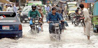 راولپنڈی : موسلا دھار بارش کے بعد سڑک دریا کا منظر پیش کررہی ہے جس میں سے گاڑیاں گزر رہی ہیں