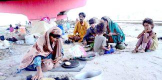 حیدر آباد : قاسم آباد فلائی اوور کے نیچے غریب خاندان پناہ لیے ہوئے ہیں