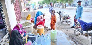 حیدر آباد : لطیف آباد کے علاقے میں پانی کی قلت کے با عث لوگ دور دراز سے پانی بھرنے پر مجبور ہیں