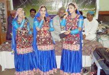 حیدر آباد : ریڈیو پاکستان کی ایک تقریب میں مقامی گلوکارہ اپنے فن کا مظاہرہ کررہی ہیں