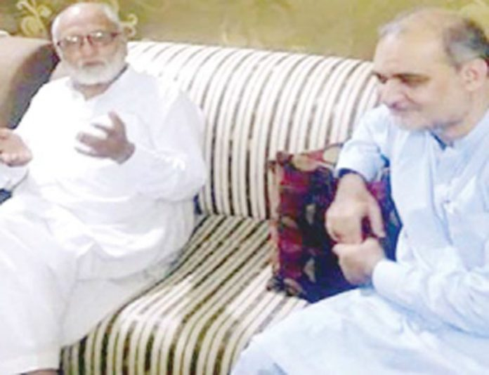 حافظ نعیم الرحمن کراچی ٹرانسپورٹ اتحاد کے صدر ارشاد بخاری سے ملاقات کررہے ہیں