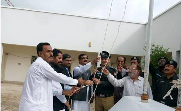 سجاول : ڈپٹی کمشنر محمد اسماعیل میمن، ایس ایس پی امیر سعود مگسی اور چیئرمین ڈسٹرکٹ کونسل حاجی محمد عثمان ملکانی یوم آزادی کے موقع پر پرچم کشائی کررہے ہیں