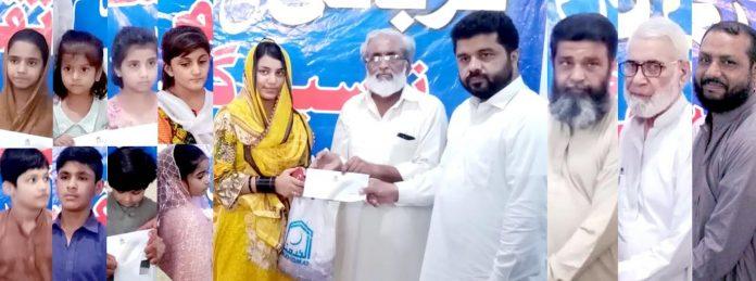 راولپنڈی : الخدمت فائونڈیشن کے زیر اہتمام رضوان احمد، ظفر یاسین اور دیگر یتیم بچوں میں قربانی کا گوشت اور عیدی تقسیم کررہے ہیں