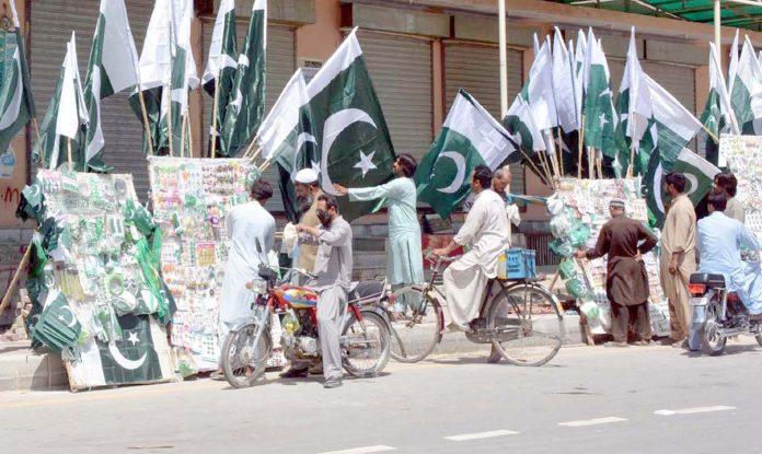 کوئٹہ ،شہری جشن آزادی کی مناسبت سے قومی پرچموں کی خریداری کررہے ہیں