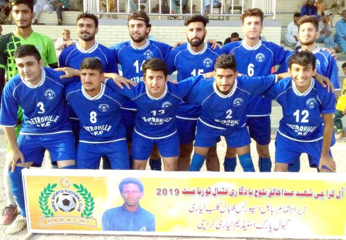 آل کراچی شہید عبدالخالق فٹ بال ٹورنامنٹ کے دوران کھلاڑیوں کا گروپ فوٹو