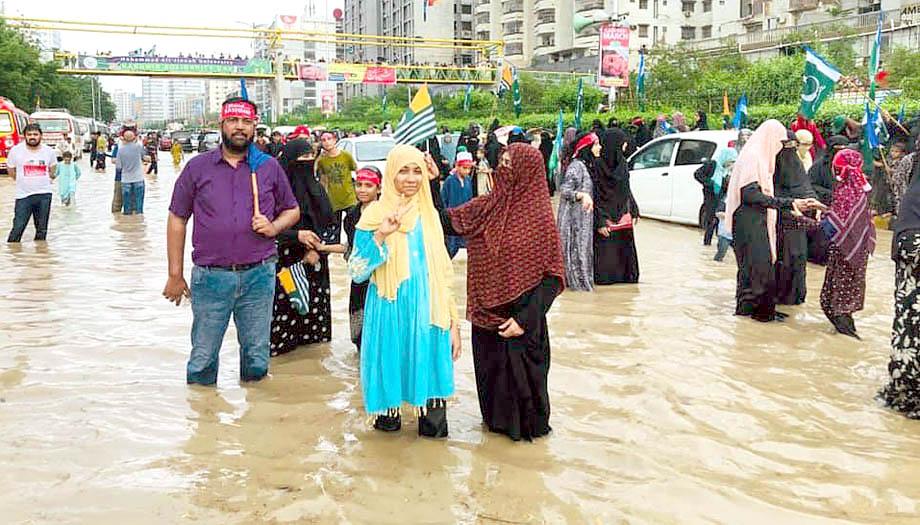 شدید بارش کے باوجود خواتین مارچ میں شریک ہیں