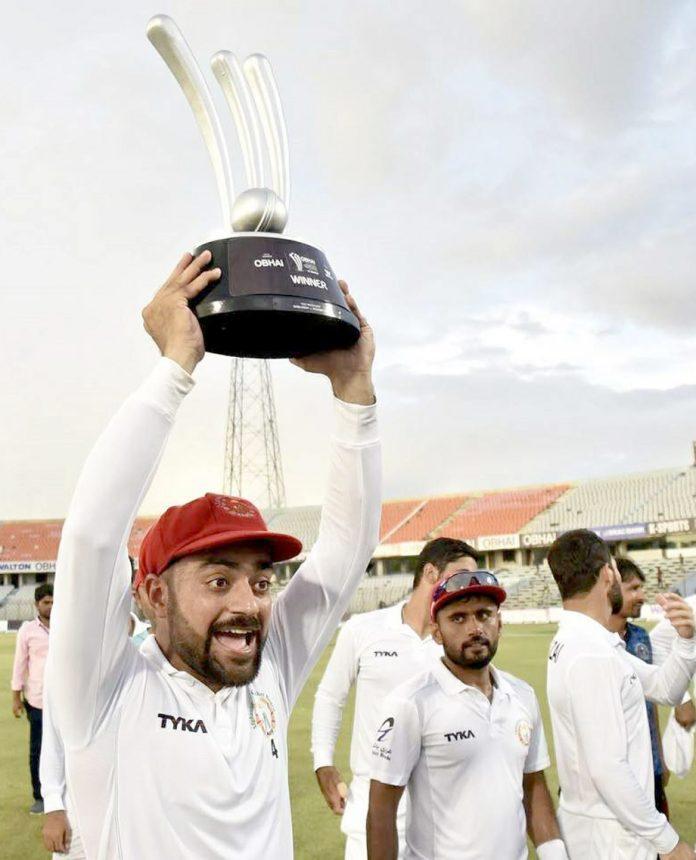 چٹاکانگ: واحد ٹیسٹ میچ میں فتح حاصل کرنے کے بعد افغان ٹیم کے کپتان راشد خان ٹرافی اٹھائے ہوئے