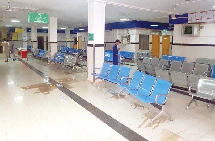 پشاورـ :ڈاکٹر اور پیرا میڈیکل عملے کی ہڑتال کے باعث لیڈی ریڈنگ اسپتال کی اوپی ڈی بند ہے