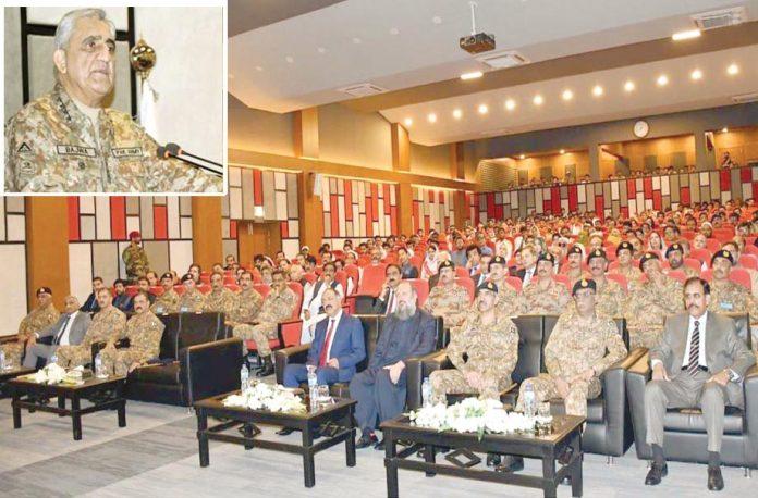 کوئٹہ: آرمی چیف جنرل قمر جاوید باجوہ سدرن کمانڈہیڈکوارٹر کے دورے پر تقریب سے خطاب کررہے ہیں