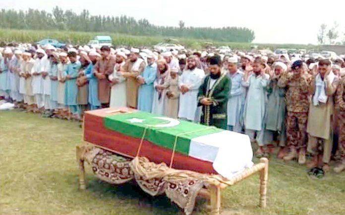 نوشہرہ: افغان دہشت گردوں کی فائرنگ سے شہید ہونے والے جوان کاشف کی نماز جنازہ ادا کی جارہی ہے