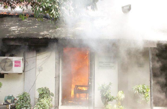 کراچی: صوبائی وزیرشہلا ر ضاکے دفتر میں آگ لگی ہوئی ہے
