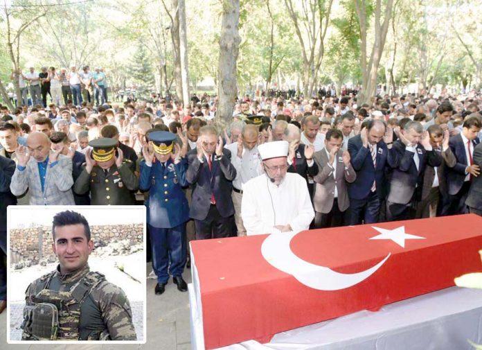 ترکی: بم دھماکے میں مارے گئے فوجی کی نمازِ جنازہ ادا کی جارہی ہے