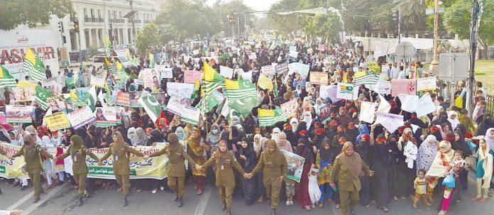 لاہور: کشمیری خواتین بھارتی حکومت کیخلاف کشمیریوں سے یکجہتی کیلیے ریلی میں شریک ہیں