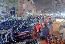 صدر میں کمپیوٹر مارکیٹ کے باہر پارکنگ کے باعث ٹریفک کو شدید پریشانی کا سامنا ہے