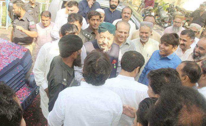 کراچی: اسپیکر سندھ اسمبلی آغا سراج درانی احتساب عدالت میں پیشی کے لیے آرہے ہیں