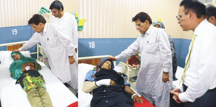 کوٹلی:وزیراعظم آزاد کشمیر راجا محمد فاروق حیدر ڈسٹرکٹ ہیڈ کوارٹر اسپتال میں لائن آف کنٹرول کے زخمیوں کی عیادت کررہے ہیں