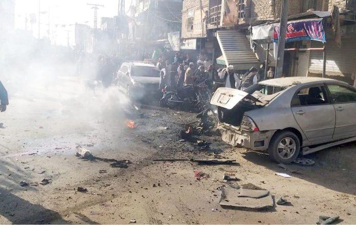 کوئٹہ: چمن روڈ پر ہونےوالے دھماکے کے بعد جائے وقوع پر تباہ شدہ کار کے قریب لوگ جمع ہے