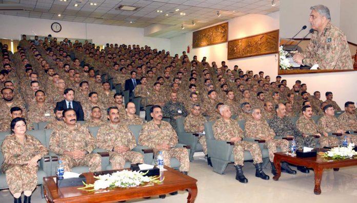آرمی چیف جنرل قمر جاوید باجوہ لاہور کور کے دورے کے موقع پرافسران سے خطاب کررہے ہیں