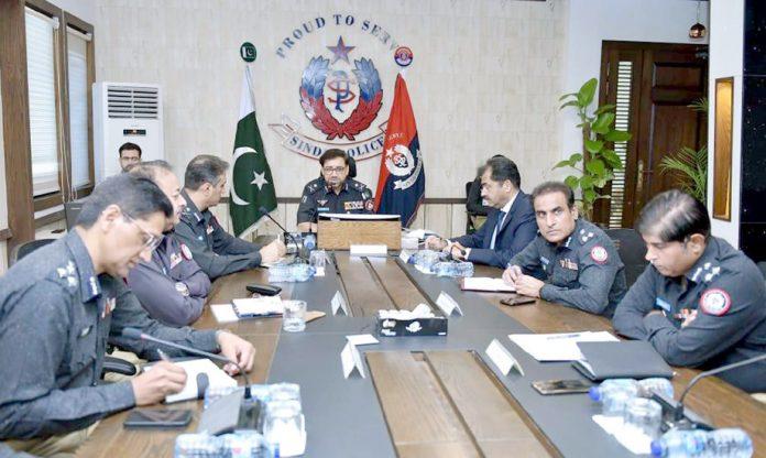 کراچی: آئی جی سندھ ڈاکٹر کلیم امام کی زیر صدارت امن وامان سے متعلق اجلاس ہورہاہے