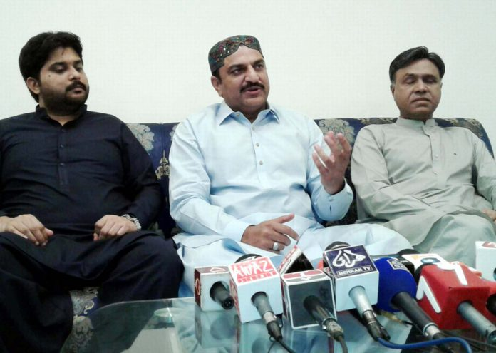 حیدرآباد: صوبائی وزیر عبد الباری پتافی پریس کانفرنس کررہے ہیں
