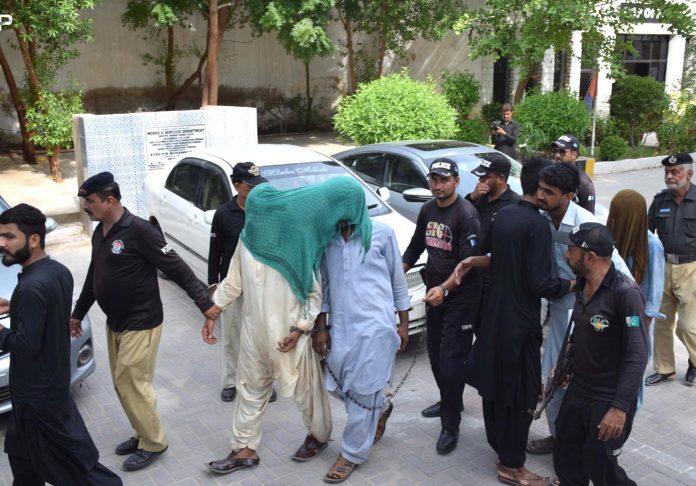 حیدرآباد: موٹرسائیکل چور گروہ کے گرفتار ارکان کو ایس ایس پی آفس لایا جارہاہے