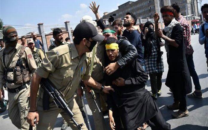 سری نگر: قابض بھارتی فوج تعزیتی جلوس کے شریک کو گرفتار کرکے لے جارہی ہے