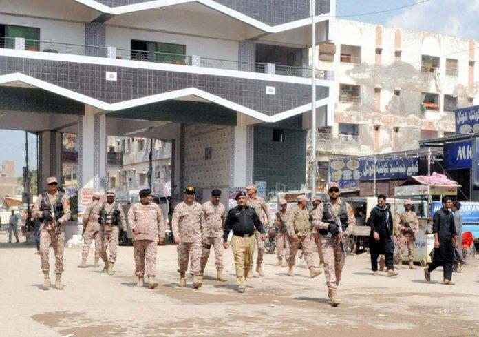 حیدرآباد: رینجرز اور پولیس افسران لطیف آباد میں 9محرم الحرام کے سیکورٹی انتظامات کا جائزہ لے رہے ہیں