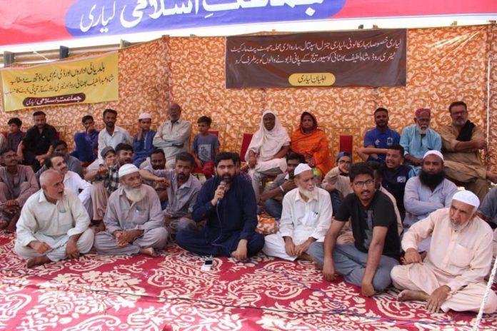 جماعت اسلامی کے رکن سندھ اسمبلی سید عبدالرشید لیاری میں احتجاجی کیمپ سے خطاب کررہے ہیں