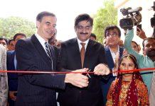 کراچی: وزیراعلیٰ سندھ سید مراد علی شاہ اور امریکی سفیرپائول ڈبلیوجونز دنبہ گوٹھ میں اسکول کا افتتاح کررہے ہیں