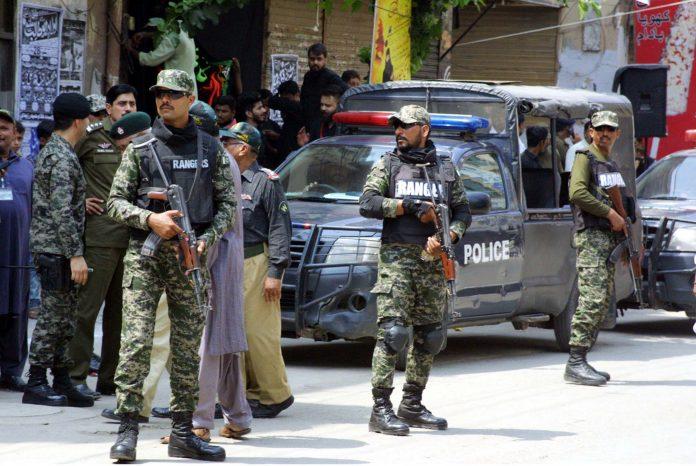 لاہور: سیکورٹی فورسز کے اہلکار 9محرم الحرام کے مرکزی جلوس کے راستے پر الرٹ کھڑے ہیں