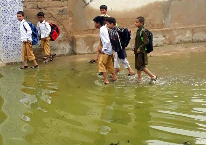 حیدرآباد: قاسم آباد میں نکاسی آب کے ناقص انتظامات کے باعث اسکول کے باہر سیوریج کا پانی جمع ہے، جبکہ طلبہ گندے پانی سے گزرنے پر مجبور ہیں