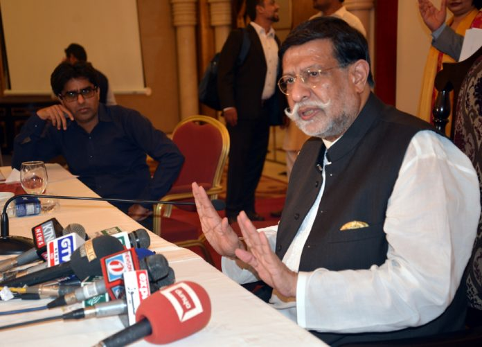 کراچی: وفاقی وزیر برائے نجکاری میاں محمد سومرومیڈیا سے گفتگوکررہے ہیں