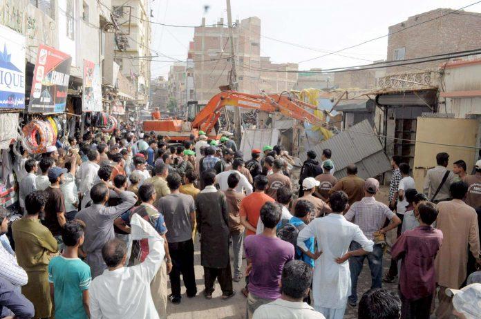حیدرآباد:انسداد تجاوزات کا عملہ کھوکھر محلہ میں غیر قانونی تعمیرات کو منہدم کرنے میں مصروف ہے