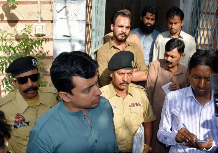 حیدرآباد: محکمہ انسداد رشوت ستانی کا افسربلدیہ حیدرآبادکے دفترپر چھاپے کے بعد میڈیاسے گفتگو کررہاہے