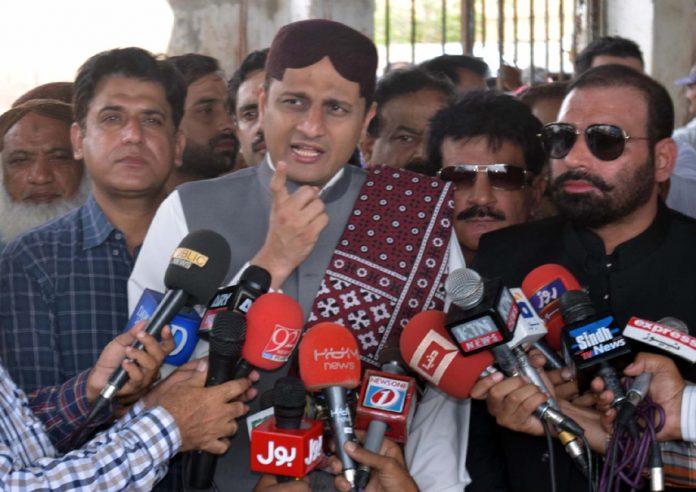 کراچی: مشیر اطلاعات سندھ مرتضیٰ وہاب میڈیا نمائندوںسے گفتگو کررہے ہیں