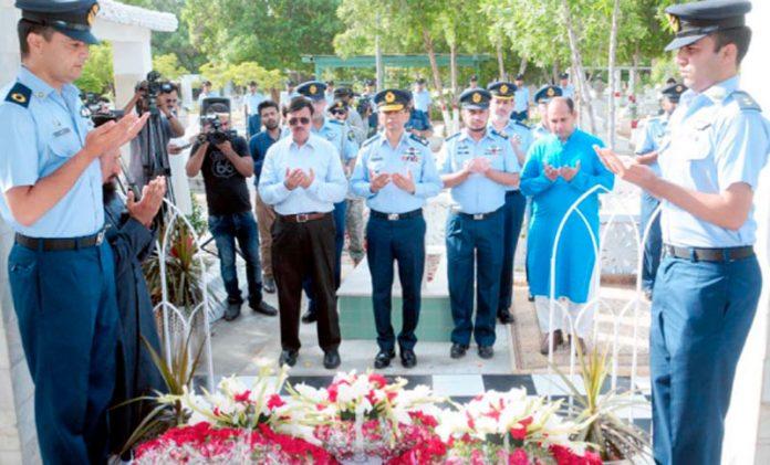 ائر وائس مارشل عباس گھمن ودیگر پائلٹ آفیسر راشد منہاس شہید کی قبر پر فاتحہ خوانی کررہے ہیں