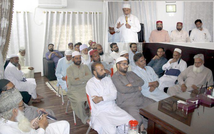 حیدرآباد: امیر جماعت اسلامی سندھ محمد حسین محنتی حیدرآباد میں امرائے زون، شوریٰ اور ناظمین شعبہ جات کے اجلاس سے خطاب کررہے ہیں، ضلعی امیر حافظ طاہر اور صوبائی سیکرٹری اطلاعات مجاہد چنا بھی شریک ہیں