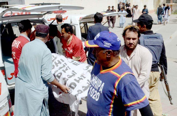 کوئٹہ: مشرقی بائی پاس پر سی ٹی ڈی کی کارروائی میں ہلاک ہونیوالے ملزمان کی لاشیں اسپتال منتقل کی جارہی ہیں